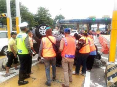 Astaga! Hindari Gerbang Otomatis, Mobil Sedan Terbalik di Tol Halim