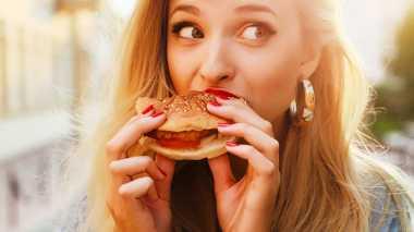 Astaga! Lagi Asyik Makan Burger, Wanita Ini Malah Temukan Jarum!