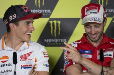 Sempat Adu Ngotot, Ini Momen Keakraban Dovizioso dan Marquez di Podium MotoGP Austria 2017