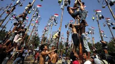 HARI MERDEKA: Asal Usul Lomba Panjat Pinang, Ketahui Juga Risiko Kesehatan yang Mengintai