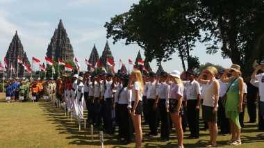 HARI MERDEKA: Kenakan Kaus & Celana Pendek, Turis Asing Ikut Upacara Detik-Detik Kemerdekaan di Candi Prambanan