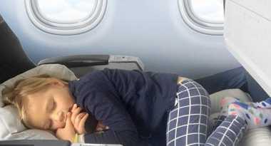 Penting, Moms! 5 Kiat agar Anak Tidur Nyaman di Pesawat