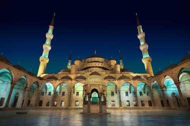 Keren! Pemandangan Blue Mosque Tampak Lebih Indah Usai Terbenamnya Matahari
