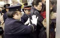 Pekerjaan Teraneh di Dunia, Salah Satunya Mendorong Penumpang Masuk ke Kereta