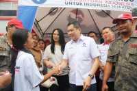 Hary Tanoe Bagikan Beras untuk Warga Tidak Mampu di Surabaya