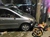 Dar! Honda Jazz Tabrak Motor di Warung Jati Barat, Satu Orang Tewas