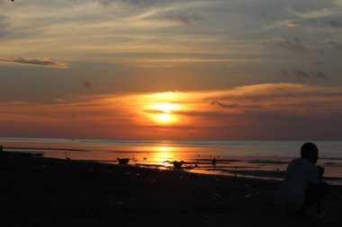 Memburu Senja di Pantai Sukaerlaran Ujung Tapal Batas Negara