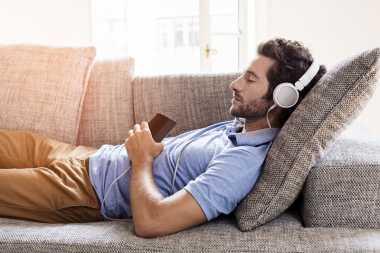 Biar Akhir Pekan Tidak Stres, Coba Dengarkan Musik dan Minum Secangkir Kopi, Indahnya Dunia!