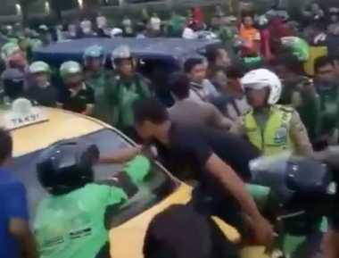 VIDEO: Sopir Taksi Jadi Bulan-bulanan Amukan Driver Ojek Online di Pekanbaru