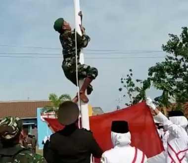 Keren! Anggota TNI Panjat Tiang saat Tali Bendera Lepas dalam Upacara