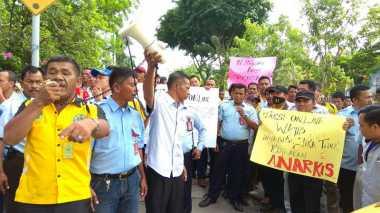 Buntut Bentrokan, Ratusan Sopir Taksi Konvensional Geruduk Pemkot Pekanbaru
