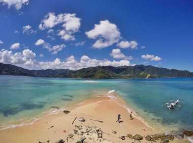 SHARE LOC: Yeay! Snorkeling di Pulau Pinjan Enggak Perlu Basah-basahan Lho