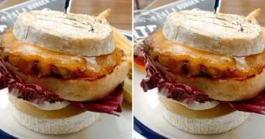 Bukan Roti, Burger di Kafe Jepang Ini Malah Diapit Keju Gurih! Penasaran dengan Rasanya?