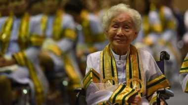 Luar Biasa! Seorang Nenek Usia 91 Tahun Berhasil Raih Gelar Sarjana. Ini Kisahnya