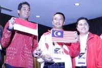 Insiden Bendera Terbalik, Jokowi Senyum Dengarkan Laporan Menpora