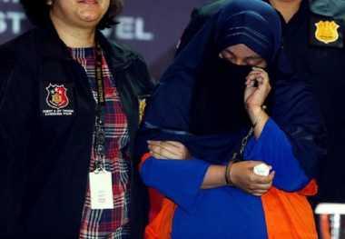 "Tersebar Foto Bos First Travel Anniesa Hasibuan dan Adiknya Bercadar Setelah Ditangkap, Netizen: ""Ngapain Dicadarin!!!"""