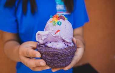 POP SUGAR: Yummy! Es Krim Ungu Cantik Ini Terbuat dari Ubi