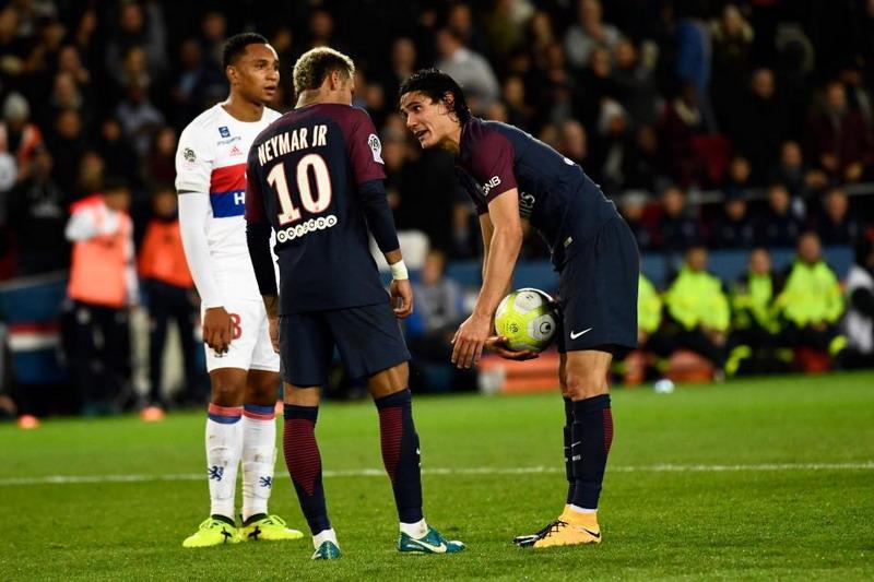 Duh! Buntut Rebutan Penalti, Neymar Unfollow Cavani di Instagram & Twitter