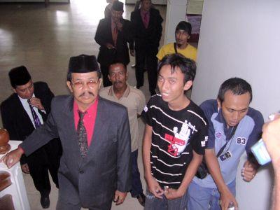 Bilal (baju merah) & Adi (kaos hitam)