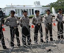 Sejumlah polisi saat menjaga demontrasi di depan Istana. Foto: Andikey/okezone.