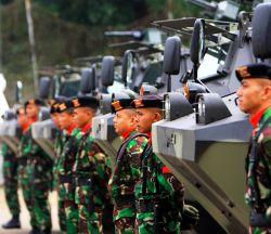 BANDUNG (27/02/09). PANSER : 20 unit panser produksi PT Pindad yang dipesan Departemen Pertahanan akhirnya diserahkan. Penyerahan Panser ini dihadiri sejumlah pejabat dari lingkungan Dephan di lapangan Gedung 100, PT Pindad, (26/2/2009)