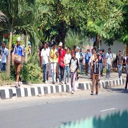 Puluhan siswa STM dan SMK Taman Siswa berjalan pulang bergerombol setelah tawuran dengan siswa SMU dari sekolah lain (Foto: Koran SI)