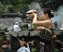 Sejumlah pegiat budaya dari mancanegara menggelar ritual budaya di Petirtan Jolotundo beberapa waktu lalu. Meski banyak diminati wisatawan asing, lokasi ini masih butuh sentuhan perbaikan. (Foto: Tritus Julan/Koran SI)