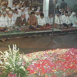 Puluhan ribu peziarah hadiri peringatan 40 hari wafatnya Gus Dur di Ponpes Tebuireng, Jombang, Jawa Timur (Foto: Tritus Julan/Koran SI)