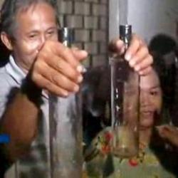 Warga memperlihatkan tuyul dalam botol
