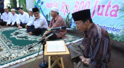 Wakil Gubernur Jawa Timur berikan bantuan dana untuk guru ngaji di Surabaya (Foto: Koran SI)