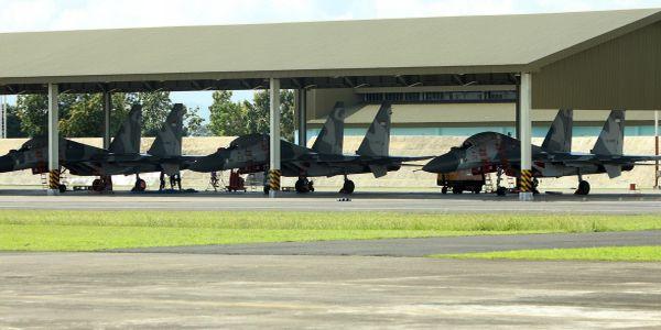 Sejumlah pesawat jet tempur jenis Sukhoi parkir di hangar Pangkalan Udara (Lanud) Sultan Hasanuddin, Makassar (Foto: Koran SI)