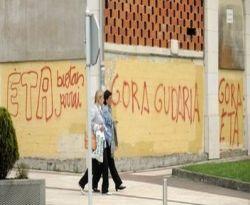 Grafiti mendukung ETA terlihat di Spanyol (Foto: AFP)
