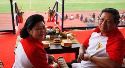 SBY beserta istri saat membuka pertandingan sepakbola TNI (Abror Rizki/Setneg)