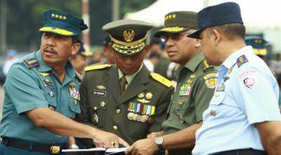 Panglima TNI (paling kiri) mengecek persiapan HUT TNI ke-65 (Foto: Koran SI)