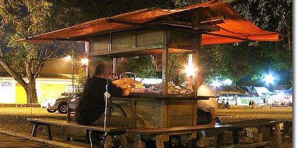 angkringan di sepanjang jalan dan warga bisa menikmati hidangan secara gratis.