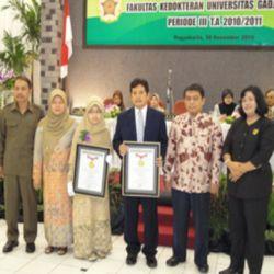 Dokter termuda dari UGM Riana Helmi (ketiga dari kiri) (Foto:dok. UGM)