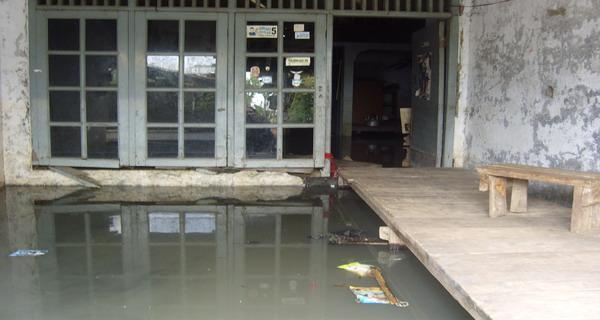 Salah satu rumah permanen milik warga Kapuk yang terendam (Foto:Fahmi/okezone)