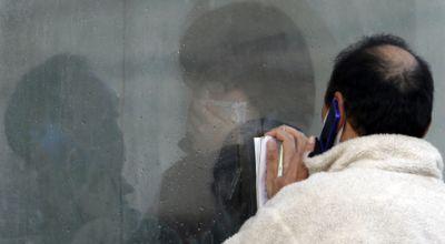 Warga berkomunikasi dengan kerabat yang dikarantina karena radiasi. (Foto: Reuters)