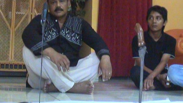 Keris milik Slamet yang bisa berdiri setelah diperintah pemiliknya (Foto: Saladin/Global)