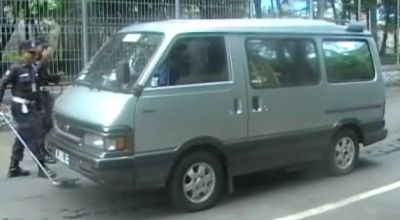 Petugas memeriksa mobil di PLTU Paiton, Probolinggo, Jatim. (Dok: Sun TV)