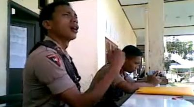 Anggota Brimob Polda Gorontalo lipsing dan joget India. (Dok: Youtube)
