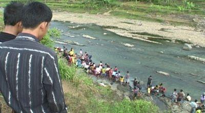 Warga berebut menambang emas di Sungai Logawa, Banyumas, Jateng. (Dok: Sun TV)
