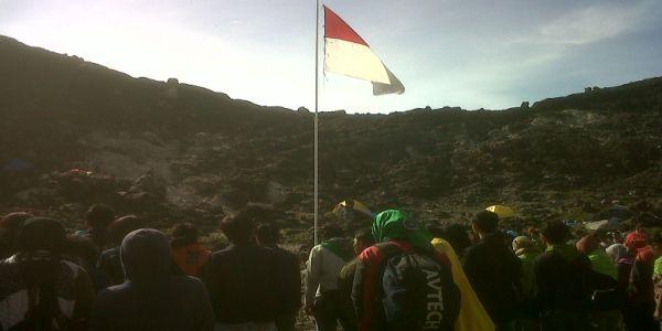 Upacara bendera di Gunung Sibayak (Foto: Risna/okezone)