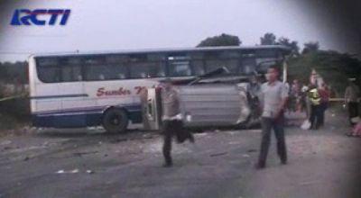 Tabrakan minibus Elf dengan bus Sumber Kencono di Mojokerto. (Dok: RCTI)