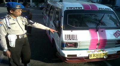 Mobil Angkot yang Ditumpangi RS (Foto: Bagus Santosa/ Okezone)
