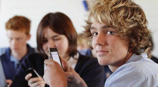 Siswa Sering Gunakan Smartphone untuk Belajar