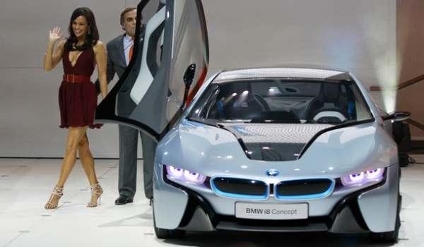 F: Artis Paula Patton bersama dengan BMW i8 concept hybrid electric (daylife)