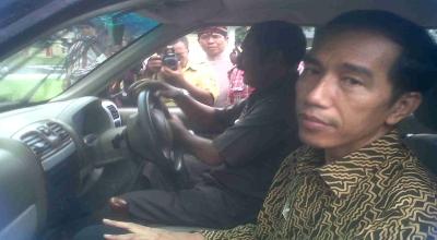 Joko Widodo menggunakan mobil Kiat Esemka (Foto: okezone/Genta W)