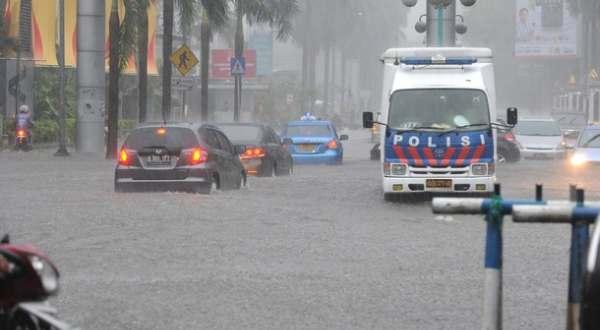 F: Banjir di ruas jalan Jakarta (daylife)