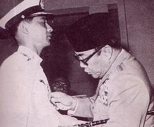 Ali Sadikin saat dilantik Presiden Soekarno (Foto: Arsip Nasional)